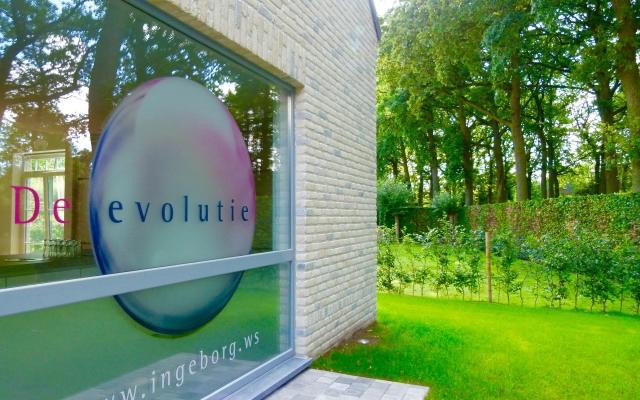 Voorgevel van De evolutie, het yogacentrum (1)