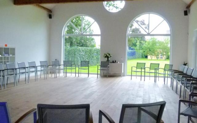 De zaal met vele stoelen die op je wachten (1)