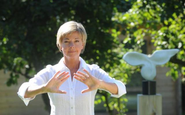 Ingeborg met Dru yoga oefening in de tuin