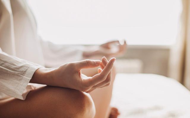 Yoga handen zachte kleuren 640
