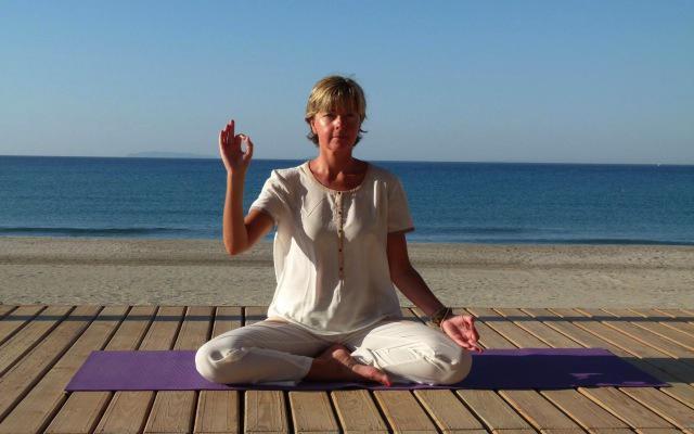 Yoga aan het strand met Ingeborg 640